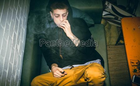 suechtiger junger mann der illegale drogen