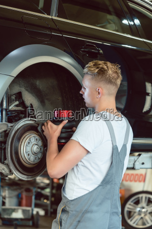 experienced mechanic replacing the disk brakes