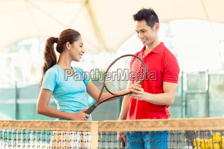 tennislehrer der einem anfaenger den richtigen