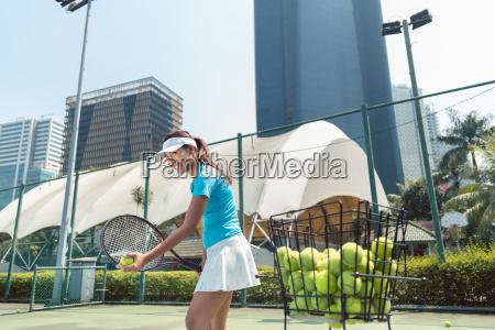 froehlich schoene frau tennis in einer