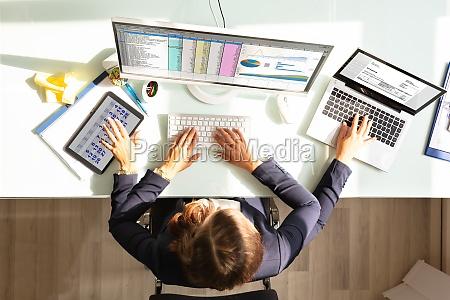 geschaeftsfrau macht multitasking arbeit im amt