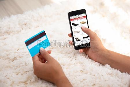 frau nutzt kreditkarte zum einkaufen online