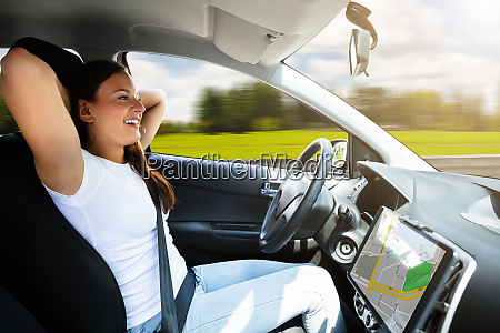 frau sitzt in selbstfahrender modernem auto