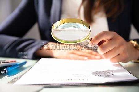 bicchiere mano contratto banco di scuola
