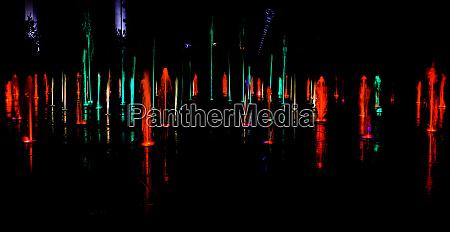 beleuchtetes wasserspritzen bei nacht in gdynia