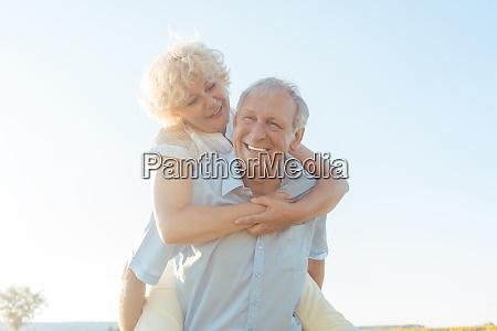 gluecklicher aelterer lachender mann beim mitnehmen