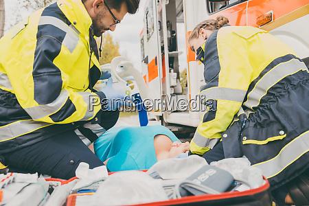 sanitaeter die erste hilfe am krankenwagen