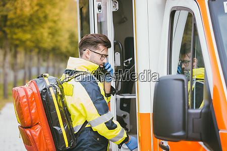 notarzt mit dem krankenwagen