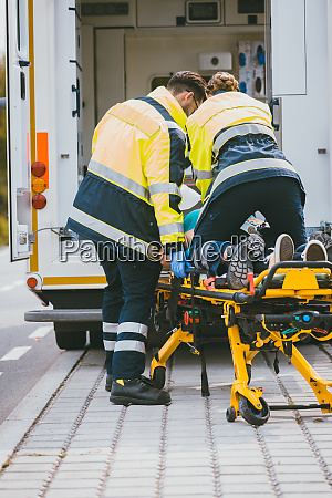 paramedic auf bahre kaempfen um das