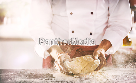 koch oder baecker bereitet eine portion
