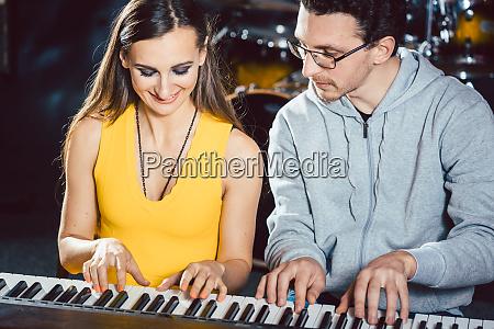 klavierspieler spielen zusammen vierhaendig