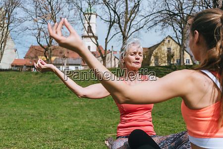 mutter und erwachsentochter in der yogaschaltung
