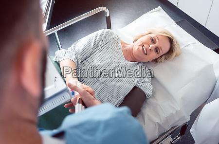 arzt gruesst patienten vor beginn der
