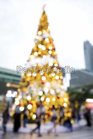 verschwuriges hintergrundbild von defokussierten outdoor weihnachtsbaum