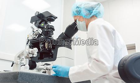 aerztin arbeitet im medical lab