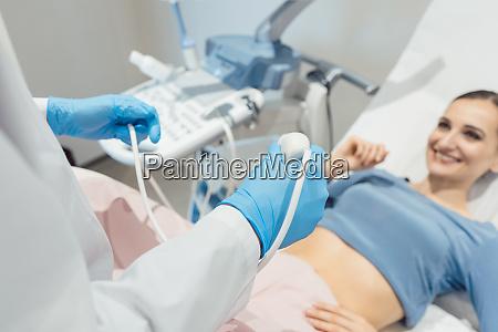 gynaekologe versucht ultraschalluntersuchung der patienten