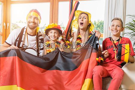 ganze familie jubelt fuer die deutsche