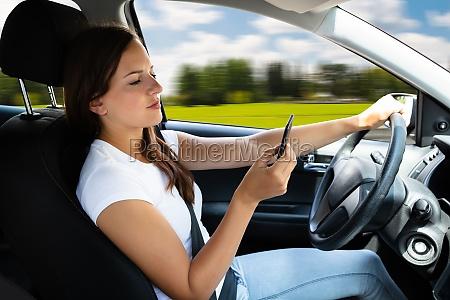 frau sitzt im inneren des autos