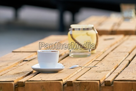 kaffeetasse auf dem tisch einer strandbar