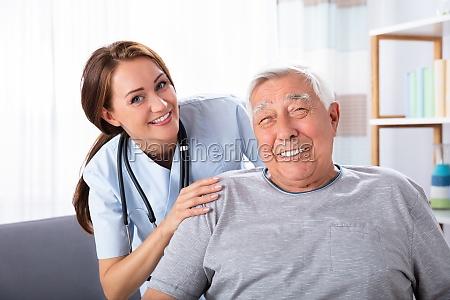 senior man sitzt auf wheelchair mit