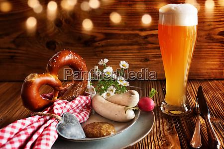 oktoberfest mit bier und weisswurst