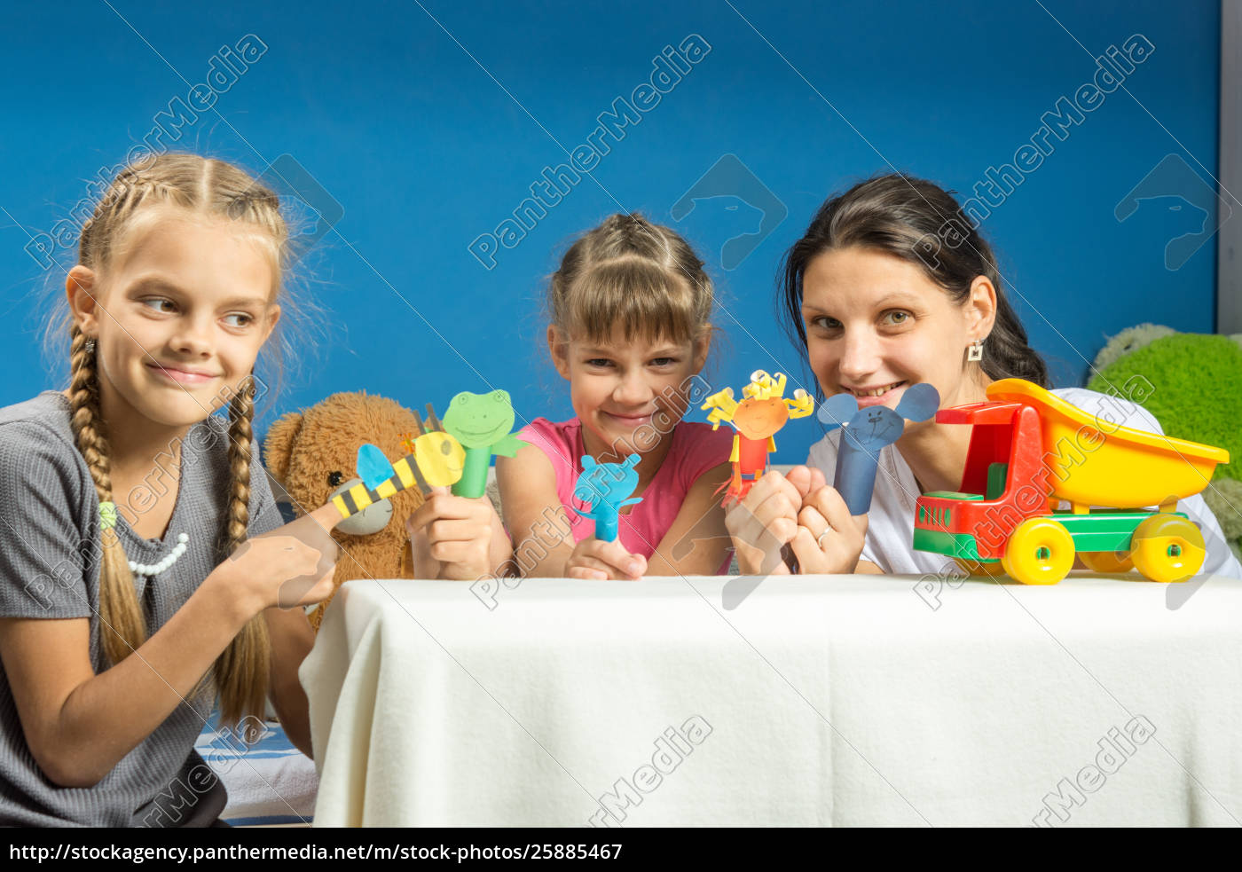 mom, with, two, daughters, playing, in - 25885467