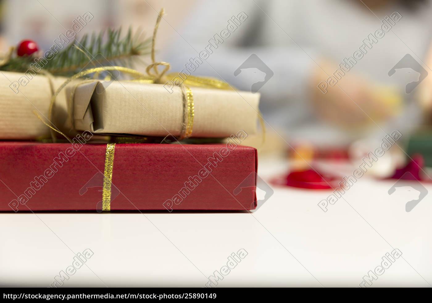 Schöne Weihnachtsgeschenke.Lizenzfreies Bild 25890149 Schöne Frauen Bereiten Weihnachtsgeschenke Vor Feiertags Und
