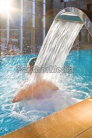 schoene mann entspannen im pool wellness