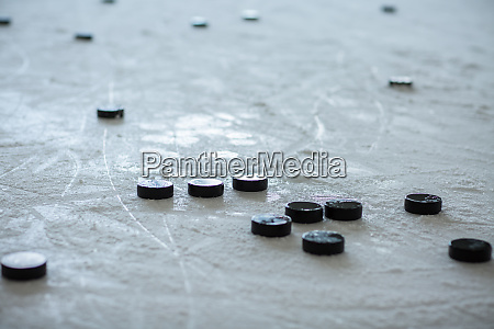 pucks auf leerer eisbahn