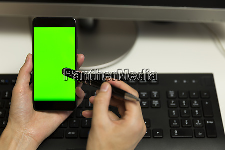 frauenhaende beruehrt telefonbildschirm mit stift fuer