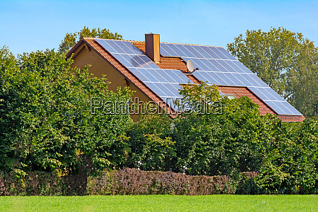 modernes haus mit photovoltaik
