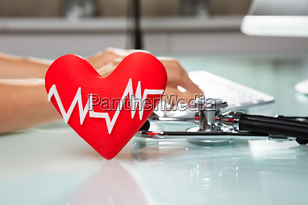 rotes herz mit heartbeat pulse