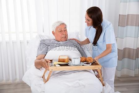 krankenschwester die sich fuer nahrungsmittel an