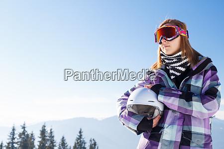 blonde im helm zwischen bergen