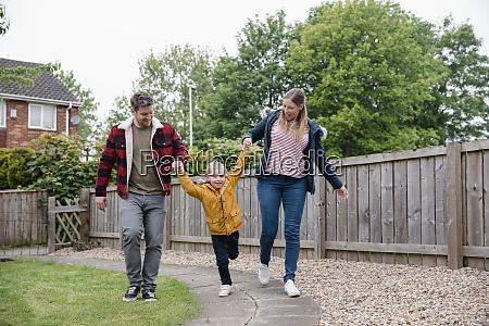 glueckliche familie geht zusammen