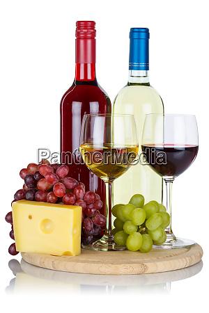rotweinweine trauben im hochformat isoliert auf