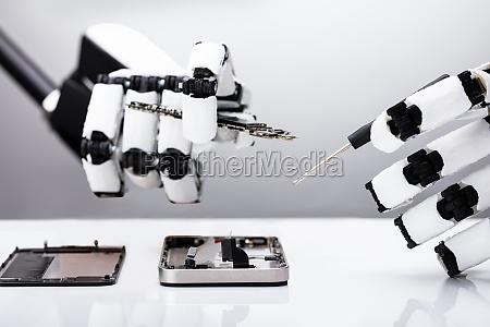 roboter reparieren smartphone mit bildschirmschoner