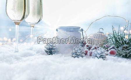 weihnachts stillleben mit champage im schnee