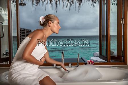 huebsche frau auf badeort