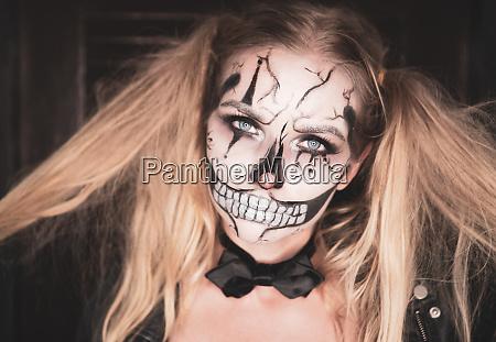 frau mit clown schaedel halloween make