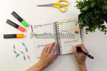 frau es haende mit stift schreiben