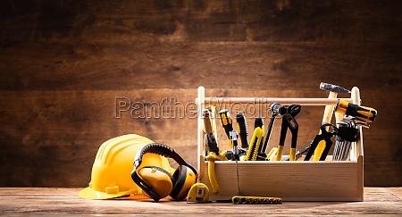 sicherheitsausruestung in der naehe von toolbox