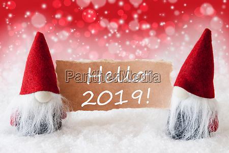 rote weihnachtszgnome mit karte text hello