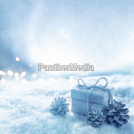 UEberraschungsgeschenk im blaukalten schneebedeckten winter