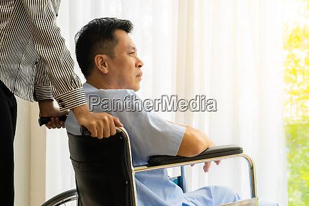 AEltere patienten auf dem rollstuhl