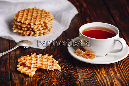 tasse tee mit waffeln