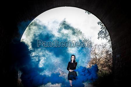 maedchen mit blauem dunklem rauch