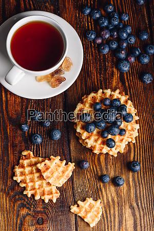 tasse tee mit belgischen waffeln und