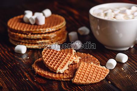 waffeln und heisser kakao mit marshmallow