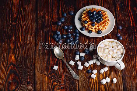 waffeln mit blueberry und tasse kaffee